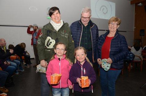 TRE GENERASJONER: Silje og Ingrid Eie, er på kinokveld sammen med mamma Gro Eie og besteforeldrene Torunn og Karl Pedersen.