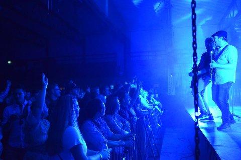 SUKSESS: Bjørkelangen Musikkfestival trakk full Bjørkelangen sportshall både under 90-tallsshowet fredag og da Rotlaus (bildet) spilte lørdag. FOTO: JARLE PEDERSEN