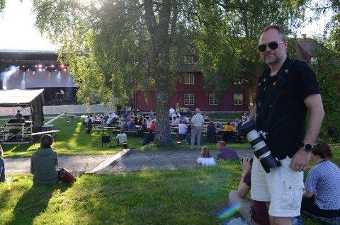 LOVER GOD STEMNING: Jørgen Kirsebom har vært med og arrangere sommerfest på Blaker Skanse i en årrekke og 2020 blir intet unntak. 29. mai går tidenes første versjon av Blakerfest av stabelen.