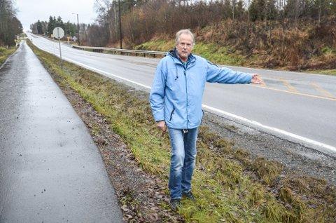 OPPGITT: Leder Arne Magne Straume i Bogstadmyra vel har ønsket seg autovern mot fotgjengerfeltet, lavere fartsgrense og fjerning av full stopp-skilter i årevis. Han fortviler over lang saksbehandlingstid hos fylket og etterlyser et skriftlig svar.