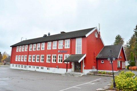 I fjor var det 10 nye førsteklassinger som troppet opp på trappa første skoledag.I år blir det færre. Foto: Øyvind Henningsen