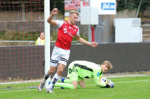 SCORET IGJEN: Joacim Holtan sendte Bryne i ledelsen tidlig i kampen mot Rosenborgs andrelag. Her er det gjestenes keeper som har vunnet duellen med Brynes toppscorer.