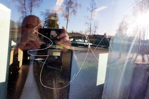 DYRT: Ifølge drifts- og vedlikeholdsleder Bjørn Ulrichsen vil det koste oppimot 40.000 kroner å bytte ut vinduene etter skadeverket.
