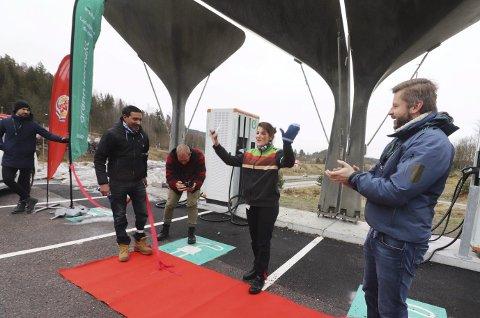 Hurra!: Franchisetaker Deepak Sharma og restaurantsjef Shpresa Kabashi i Burger King, jubler over at ladestasjonen er åpnet. til høyre, daglig leder i Grønn Kontakt, Ole Henrik Hannisdahl.foto: jarl rehn-Erichsen