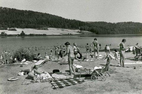 1980-TALLET: Her på Lørdal-stranda ved Hillestadvannet var det en idyll i tidligere år. Bildet er tatt på 1980-tallet. Badevannet i den grunne innsjøen var hver sommer blant de varmeste i landet. Foto: privat