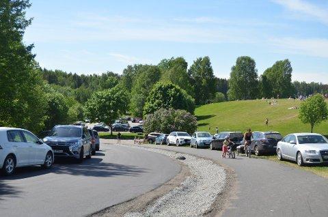 KAN BLI REGULERT: Det er behov for å rydde opp i parkeringssituasjonen ved ordbytjernet på Jessheim. Da finværet inntraff i pinsen så det slik ut.
