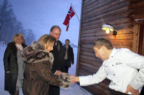 GLANSDAGENE: Dronning Sonja er blant prominenthetene som har stoppet innom Gapahuken Restaurant. Kokk og tidligere eier Eivind Norhus (til høyre) mener han og kona la inn en ekstraordinær innsats for å holde restauranten åpen etter å ha solgt den – uten å ha fått tilstrekkelig betalt.  Bildet er tatt i 2011.