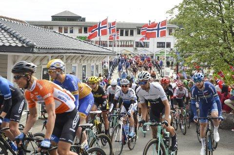 Folkefest: Starten har akkurat gått og i det syklistene passerer Bybrua lager unger fra Kragerø skole og andre frammøtte et lurveleven.