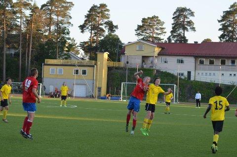 Ola Fosso Jørgensen i duell med en Gjerpen-spiller.