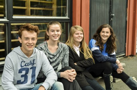 Fornøyde: Tommy Relling, Katrine Bjørnsen, Nathalie Torgersen og Rebekka Kvilaas ved Sannidal ungdomsskole er tilfredse med både lærere og undervisning ved skolen.