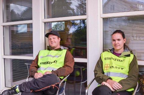 STREIKER: Streikevaktene Ole Andreas Randahl og Malene Nygaard var ved godt mot torsda.