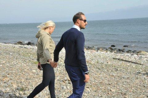 HAVET: Kronprins Haakon og kronprinsesse Mette-Marit tok seg tid til en rusletur på rullesteinsstranda på utsiden av Jomfruland, da de besøkte Kragerø i forbindelse med feiringen av byjubileet i fjor. (Foto: Per Eckholdt)