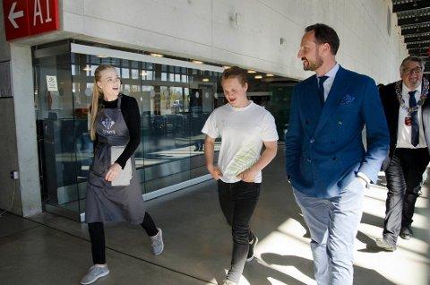 KRONPRINSEN: Ungdommene i Kragerø miljø og østers fikk møte Kronprinsen og fortalte om sin østerssaus basert på Stillehavsøsters. (Foto: Ungt Entreprenørskap Troms)