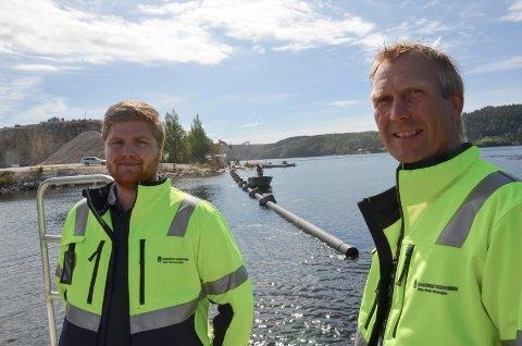 Inspeksjon: Virksomhetsleder Andreas Tengelsen (t.v.) og avdelingsingeniør Knut Jarle Sørdalen sjekker at arbeidet med vannledningene er i rute.