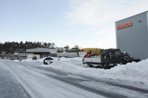 Byggestans: Entreprenørene som ønsket å bygge på området mellom Vianor (Dekksenteret) og Carlsen Fritzøe, må vente til kommunen og utbygger har fått avtalene på plass.
