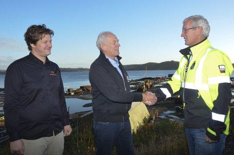 Velkomst: Havnefogd Svein Arne Walle (t.h.) ønsker Andreas og Kristian Klausen i Marina Service velkommen til Stilnestangen Nord.