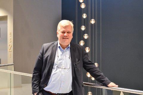 Jon Guste-Pedersen håper mange vil nominere kandidater til ildsjelprisen. Guste-Pedersen er banksjef for strategi og forretningsutvikling i Skagerrak Sparebank.