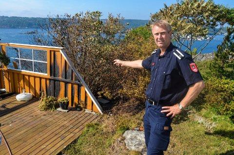 SÅ NÆRME: Knut Jarle Sørdalen viser hvor nærme det var at brannen på Øya natt til onsdag skulle utvikle seg til en stor katastrofe. Flammene tok tak i en levegg ved huset som ligger nærmest området der det brant.