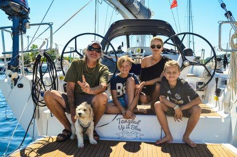 SEILBÅTFERIE: F.v.: Alex Rosén (50) med hunden Happy (4), Thomas Aleksander Rosén (12), Silje Urbye (41) og Nicolai Rosén (10).
