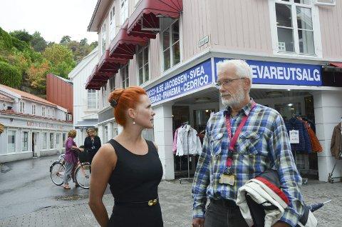 Skilting: Varaordfører Charlotte Therkelsen Sætersdal og bygningssjef Per Arstein vil ha bort slike bannere som er på Chic-gården.