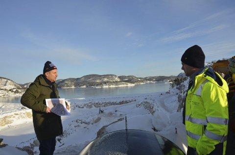 Store dimensjoner: Tim Kronborg (t.v.) fra Litangen Utvikling AS og Bjørn Thomas Tveit fra Georg Tveit AS ved bruddet på Litangen. Boreriggen midt på bildet står sju meter under havflaten.