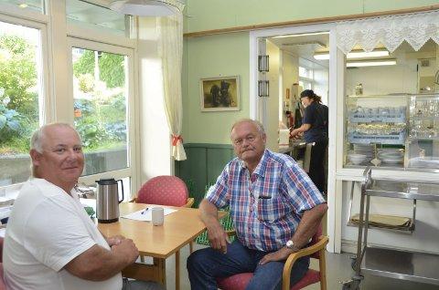 ÅPENT VEDTAK: Daglig leder Tore Wischuf (t.v.) og styreleder Arne-Thore Nygaard på Kafé Edvard kan få konkurranse fra andre lokale leverandører.