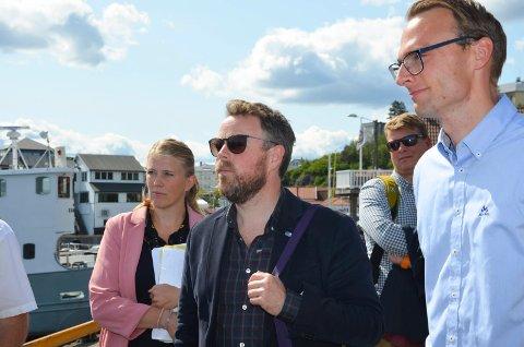 Næringsminster Torbjørn Røe Isaksen lytter til orienteringen sammen med Kari Theting, Geir Lia og Kristian Ljåstad.