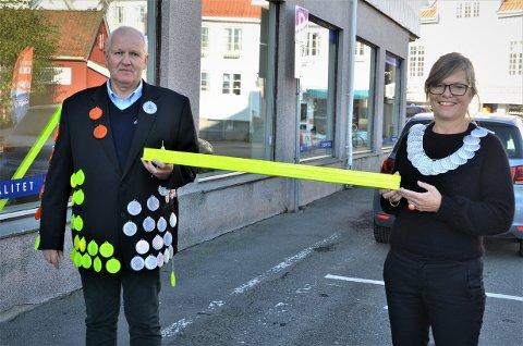 KORONAMETEREN: «Refleksmannen» Tor Egil Syvertsen og kunstskolerektor Kari Skoe Fredriksen viser fram refleksversjonen av koronameteren. Sveip eller klikk på pilene for å se flere bilder.