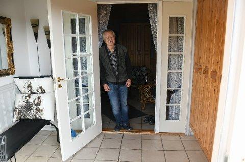KOMMER NOK IKKE TILBAKE: Pensjonisten Roar Skretteberg sto plutselig overfor en bevæpnet ranet i sin egen entré. Han ble ikke redd, men først etterpå tenkte han på at innbruddstyven kunne slått til han.