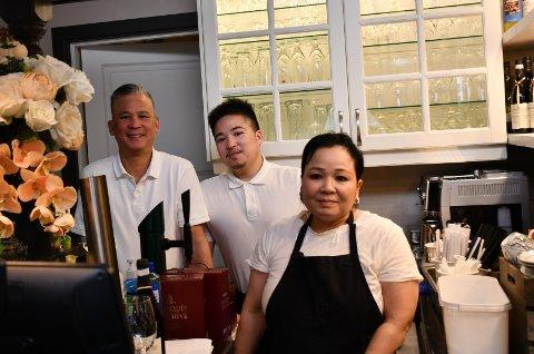 MIDLERTIDIG STENGT: Olav (t.v.), Harald og Tina Nguyen ved Tinas Wok.