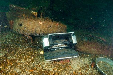 Dykkar Kristian A. Karlsen er rysta over alt boset som nokon får seg til å kasta rett på sjøen. Dette undervassbildet har han teke ved Bogsneskaien på Husnes. (Foto: Kristian A. Karlsen).