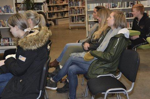 SNART KONFIRMANTAR: Ungdomane lytta interesserte til kva som vart sagt på den første kurskvelden i regi av Human-Etisk Forbund.