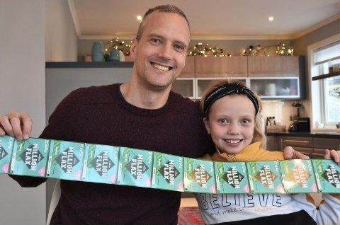 FLAKS: Bjørn Bjelland Mathisen og dottera  Lotta Nilsen Mathisen (9) var dei beste til å tippa om året 2019. No er dei spente på om Flax-lodda vil gi gevinst.