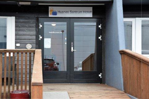 HOTELL: Husnes Sentrum Hotell prøver ein ny vri, og vil tilby gratis hybel til ungdom som kan ta på seg jobben med å vera telefon- og kveldsvakt på hotellet.