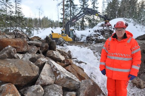 Svein Borgen i Statens vegvesen ved hjulstua i Kisegruvevegen. (Foto: Kjell Wold, Statens vegvesen)