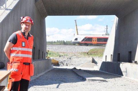 BYGGELEDER: Roy Are Haare ved betongkolossen som til helgen skal skyves inn under jernbanen i bakgrunnen.