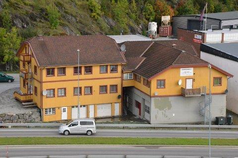 SOLGT: Tregårdene, med i alt 23 hybler, er nå solgt for 10,5 millioner kroner, en million under takst.