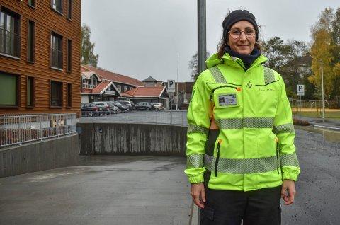 Parkering: Trafikkbetjent Marie Kvamme håper flere vil parkere her i tiden som kommer. FOTO: TONHILD S. STRAND