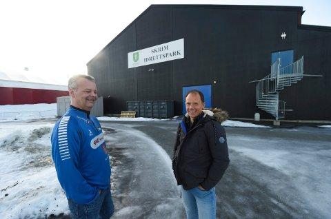 NYTT KLUBBHUS. Det nye klubbhuset til IL Skrim blir bygget i tilknyting til Skrimhallen. Lars Wettestad (t.v.), daglig leder i IL Skrim, og Rune Fredriksen, idrettskonsulent i kommunen, gleder seg til byggestarten. (FOTO: OLE JOHN HOSTVEDT)