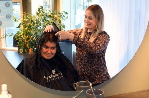 Gry Westengen som er tilknyttet Møtestedet Haspa til Kirkens Bymisjon fikk gratis hårklipp av Oda Jacobsen på Etre Belle mandag.