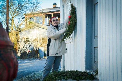 PYNT: Marit Lian Mogen passet på at julepynt kom på plass på Lågdalsmuseet. Lågdalsmuseets venner har laget julepynt også i år.