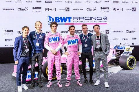 PÅ FORMEL 1-BESØK; Her er skihopperne Junshiro Kobayashi (t.v.) og Daniel-André Tande sammen med Formel 1-førerne Lance Stroll og Sergio «Checo» Pérez Mendoza. Til høyre for førerne er skihopperne Johann Andre Forfang og Ryoyu Kobayashi. Dette er fra pressekonferansen til BWT i Mondsee nylig.