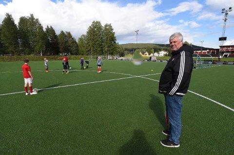 MISTET SPONSORPENGER: Styreleder i KIF Fotball, Magnus Stam, synes det er synd at en av byens største bedrifter, TechnipFMC, ikke lenger vil sponse fotballen for barn og unge. FOTO: OLE JOHN HOSTVEDT