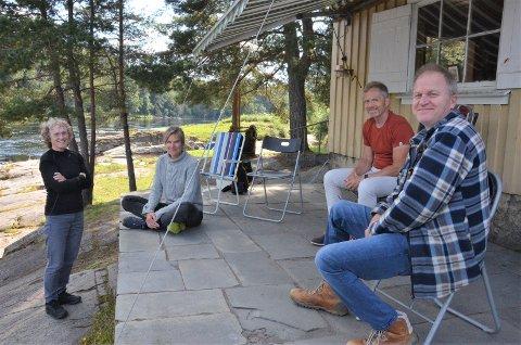 VIKTIG PROSJEKT: Numedalslågen er nå en del av et viktig forskningsprosjekt som skal følge utviklingen av smittsykdommer på fisk. Her er forskere på plass i Holmfoss. Fra venstre: Brit Tørud, fagansvarlig veterinær, og Mona Gjessing, som jobber med diagnostikk ved Veterinærinstituttet, Nils Olav Gjone som selv driver fiske ved Holmfoss, og Håkon Torsvik, aquamedisiner og universitetslektor på NMBU Veterinærhøgskolen.