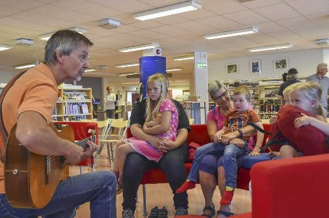 Kos med Maurits: Kosedyret Maurits gikk på rundgang, og barna ble bedre kjent med ham gjennom sanger og fortellinger.