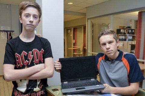 TIDSTYVER: 15-åringene Eirik Gulsrud Lauerud og Didrik Johansen går på 9. trinn på Sylling skole. De forteller om gamle og trege PC-er som stjeler mye verdifull undervisningstid.
