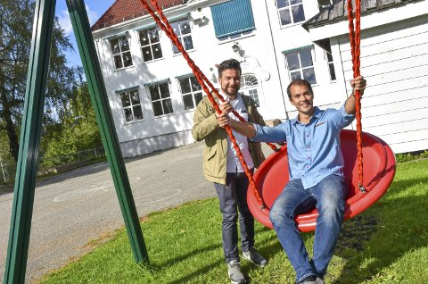 Nordal læringsarena: Anders Dahlgren, styreleder Borgestad barnehage (t.h.) og Andreas Lervik, FAU-leder Nordal skole, håper banehagebarna alt fra neste skoleår kan flytte inn på Nordal skole.