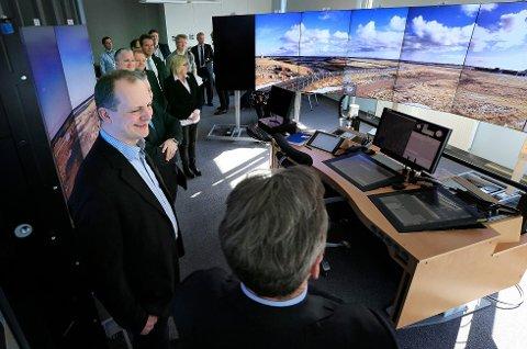 Samferdselsminister Ketil Solvik-Olsen har allerede vært på omvisning for å se hvordan flyplassen på Røst fjernstyres fra Bodø.