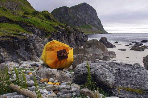 Plastsøppel: Bøya og siden den har begynt å gå i oppløsning på. Foto: Bo Eide