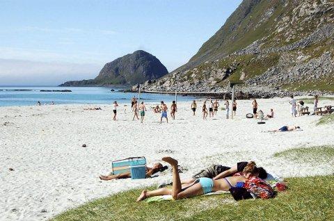 Volleyhelg: Haukland blir kommende helg arena for Fanta Norgestur i strandvolleyball. Værmeldingen er lovende; sol og rundt 20 plussgrader. Det blir kamper både lørdag og søndag. Her fra en sommerdag et tidligere år. Foto: Kai Nikolaisen